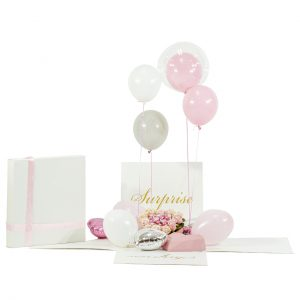 Gifts Collective Signature Surprise Box – White. Love is in the Air. A gifting experience like no other. When the box is opened, balloons will float in the air and flow surrounding the gift that is hidden inside, creating memorable moments for many years to come. Give your loved ones a magical gift experience they won't forget! Surprise them with this gift box that opens to celebratory balloons floating in the air and flowing surrounding the gift when the box is opened.